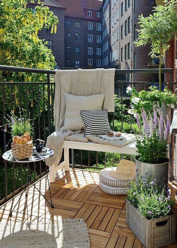 Risultati immagini per balcone con salottino