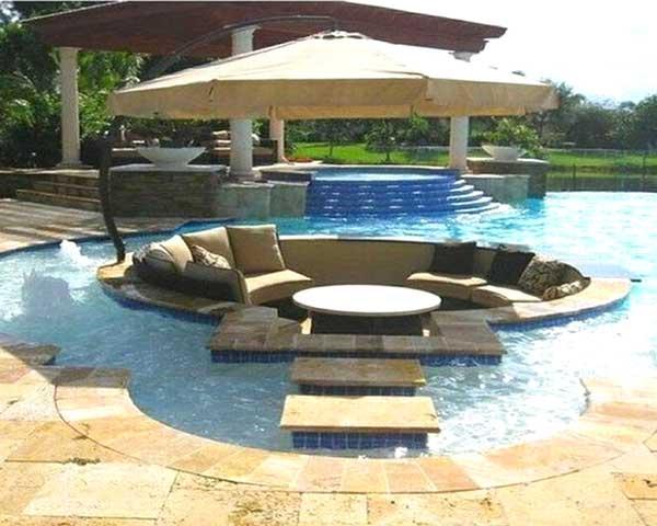 divano al centro piscina