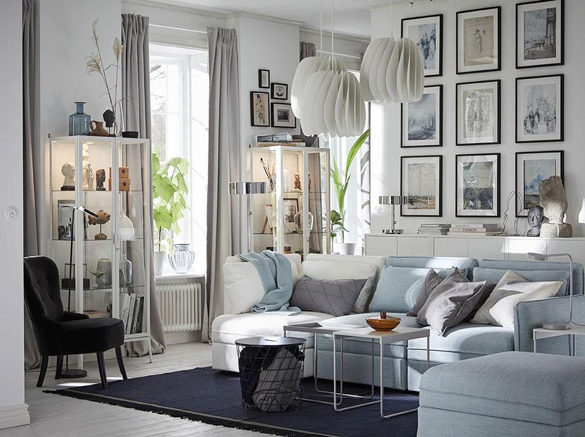 Bel salotto firmato IKEA con divano ad angolo bianco e celestino.