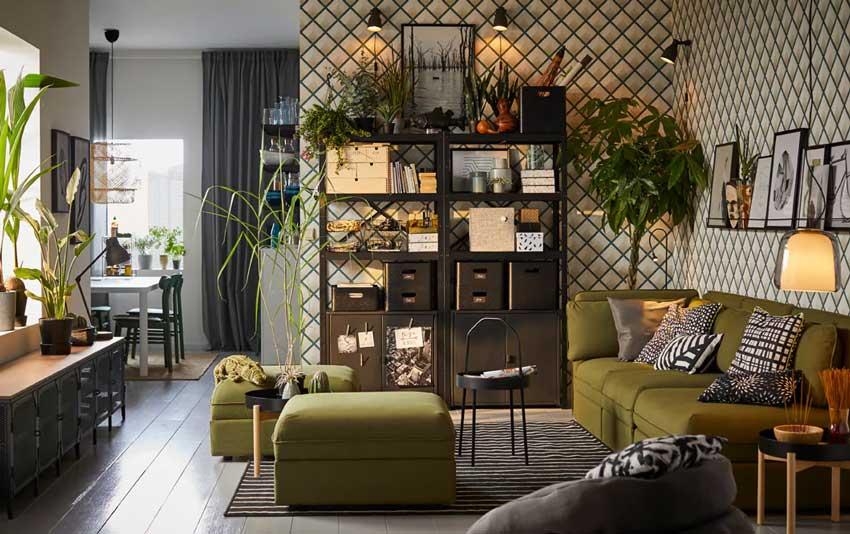 Salotto moderno IKEA decorato con le piante e divano verde