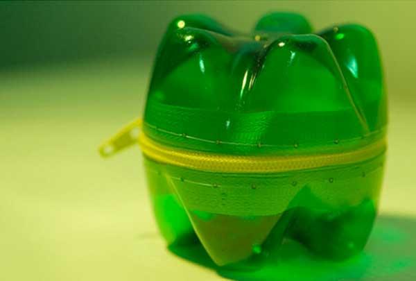 trousse-con-bottiglia-di-plastica