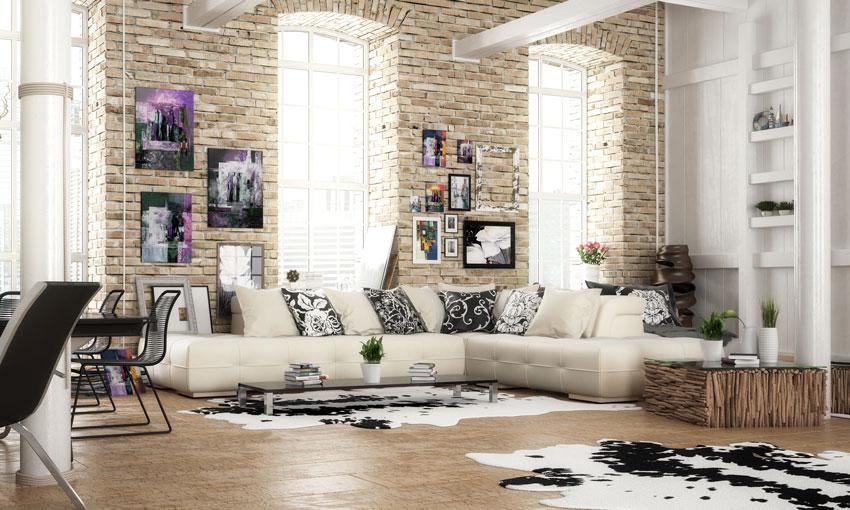 soggiorno stile chic vintage, mattonicini beige e divano color crema.