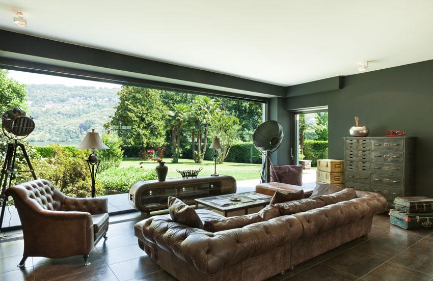 bellissimo divano in pelle vintage in questo salotto con vista sul giardino.