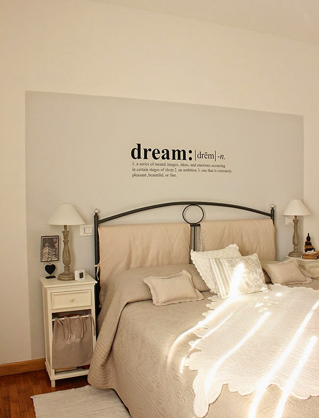 Scritte decorative in camera da letto ecco 20 idee for Decorare la camera matrimoniale