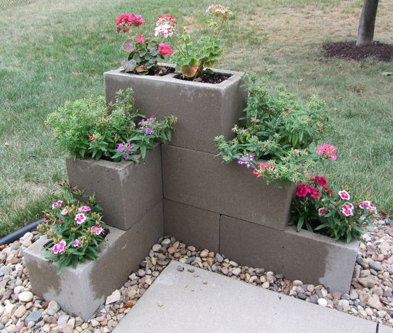 Blocchi di cemento fioriti 20 idee per decorare il for Concrete block landscaping ideas