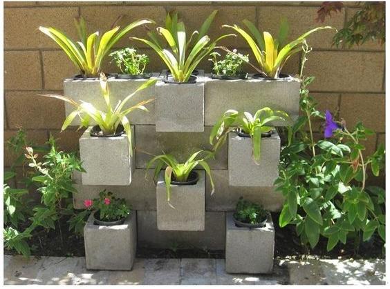 decorare il giardino con blocchi di cemento