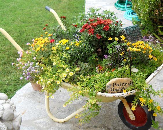 La seconda vita della vecchia carriola 20 idee per for Idee per abbellire il giardino