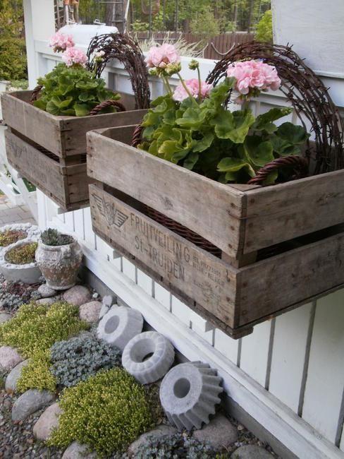 Bellissimi vasi da balcone realizzati con cassette di legno stile provenzale.