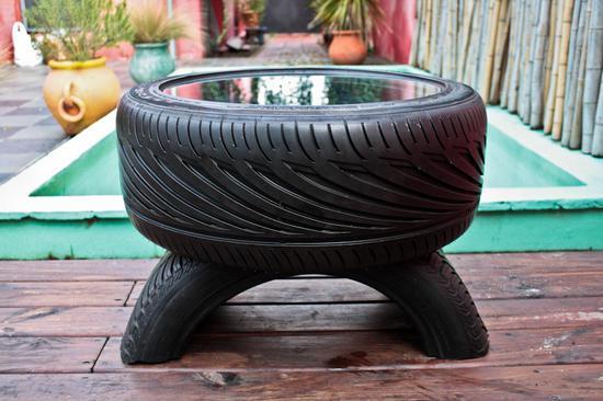 Un tavolino con materiali riciclati