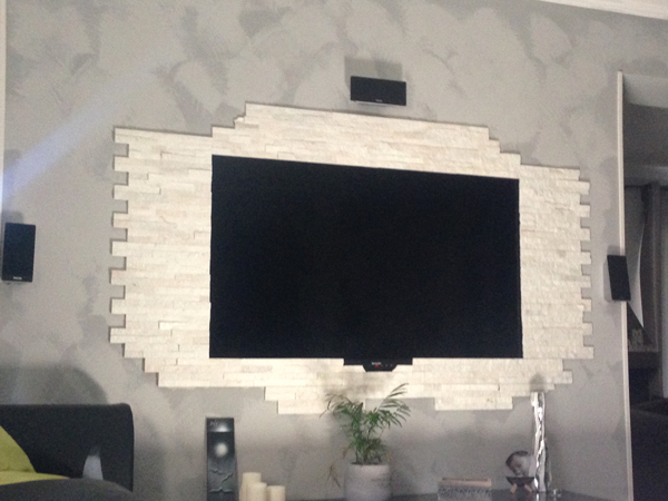 decorare la parete TV con le pietre