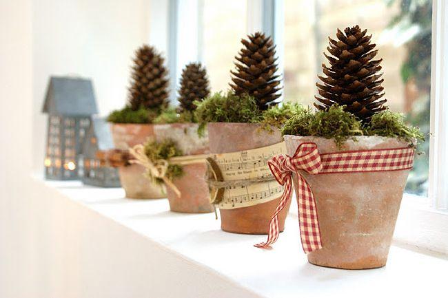 Vasi di terracotta decorati per Natale