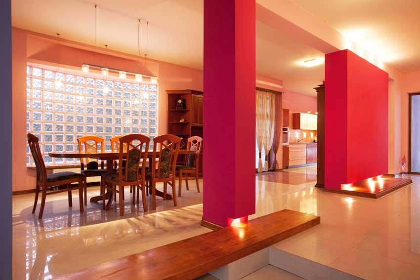 Vetrocemento 25 idee luminose per le pareti di casa con i for Parete rossa soggiorno