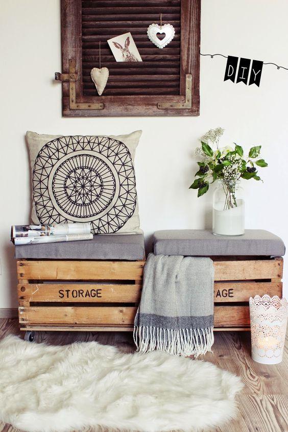 cassette di legno pouf con cuscino e vaso di fiori, belli per uno stile vintage