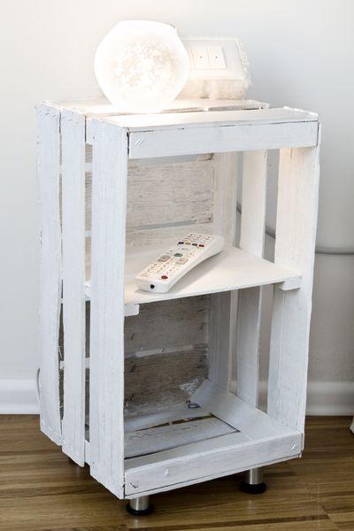 Cassetta della frutta dipinta di bianco diventa un bel comodino per la camera da letto low cost