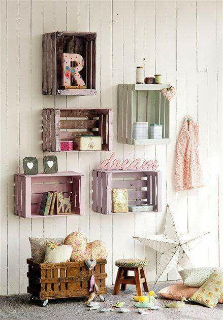 cassette della frutta colorate diventano belle mensole a muro in una cameretta da bambina