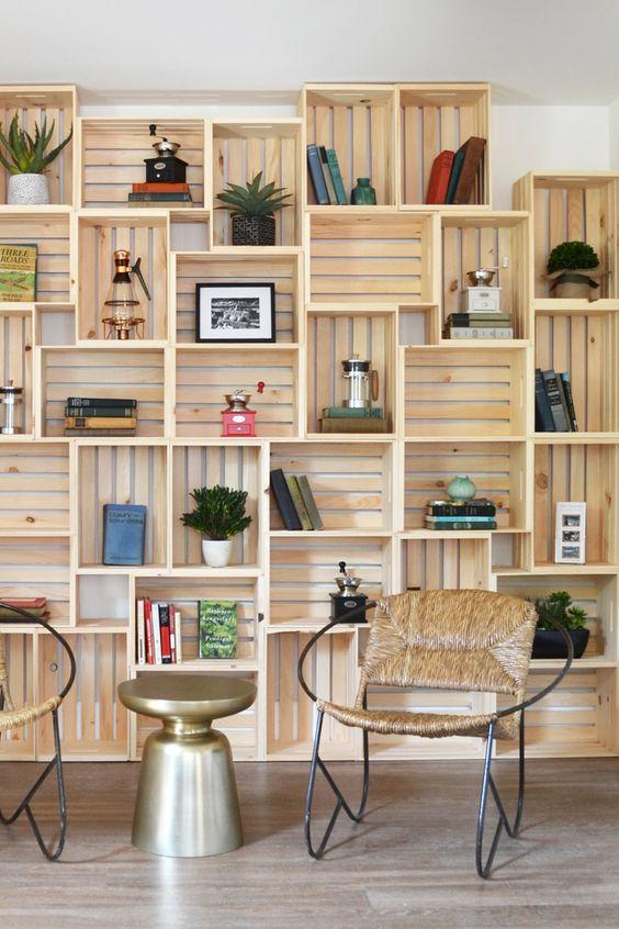 Le cassette di legno possono diventare un vero mobile da parete molto decorativo, portaoggetti, una vera libreria design