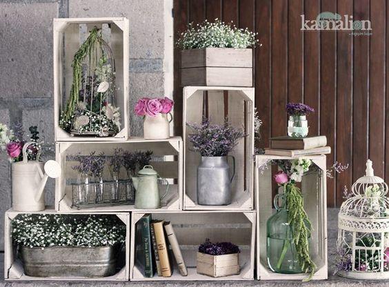 bella composizione di cassette di legno decorate con vasi, piante e fiori, molto vintage