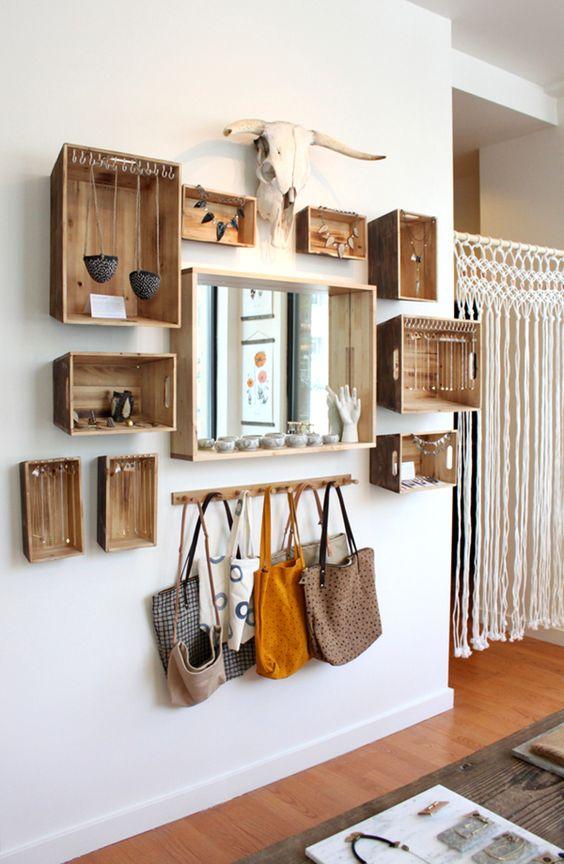 portagioielli da parete realizzato con cassette di legno piccole e grande