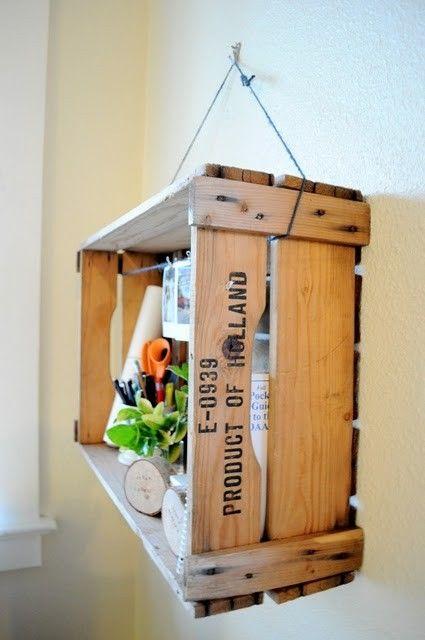 mensola sospesa vintage con cassette in legno