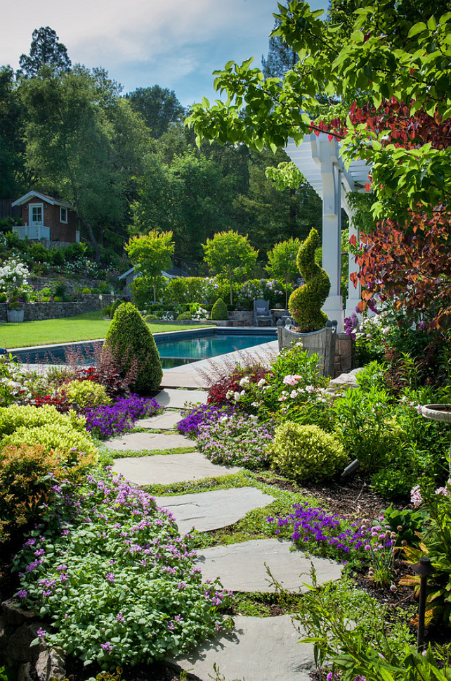 Un vialetto di pietra in giardino