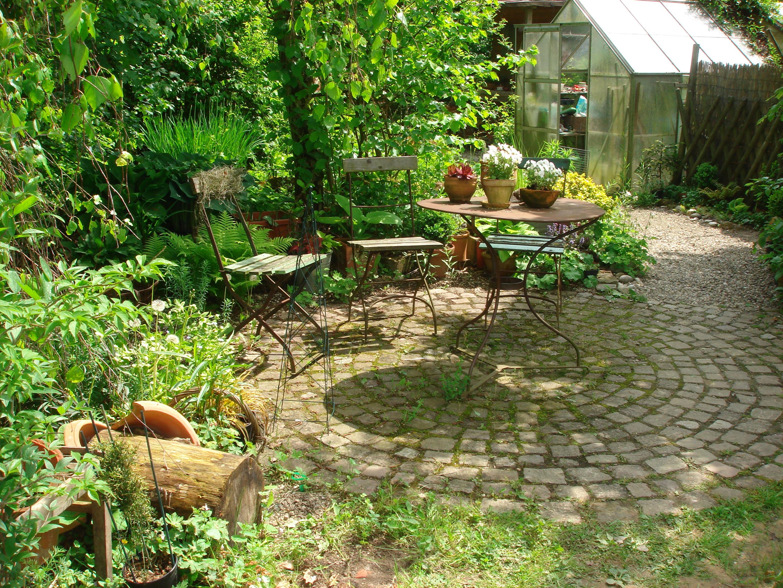 salottino particolare in giardino