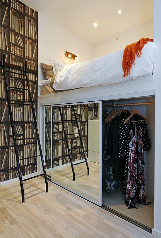Un dressing sotto un letto a soppalco