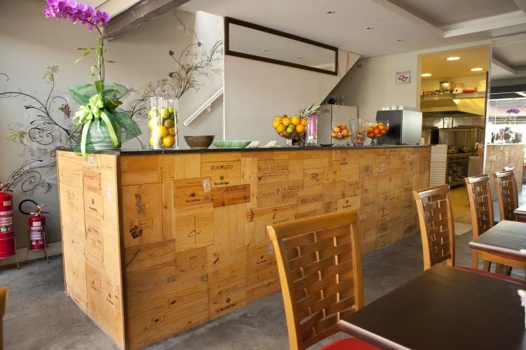 una-parete-design-rivestita-con-casse-di-vino