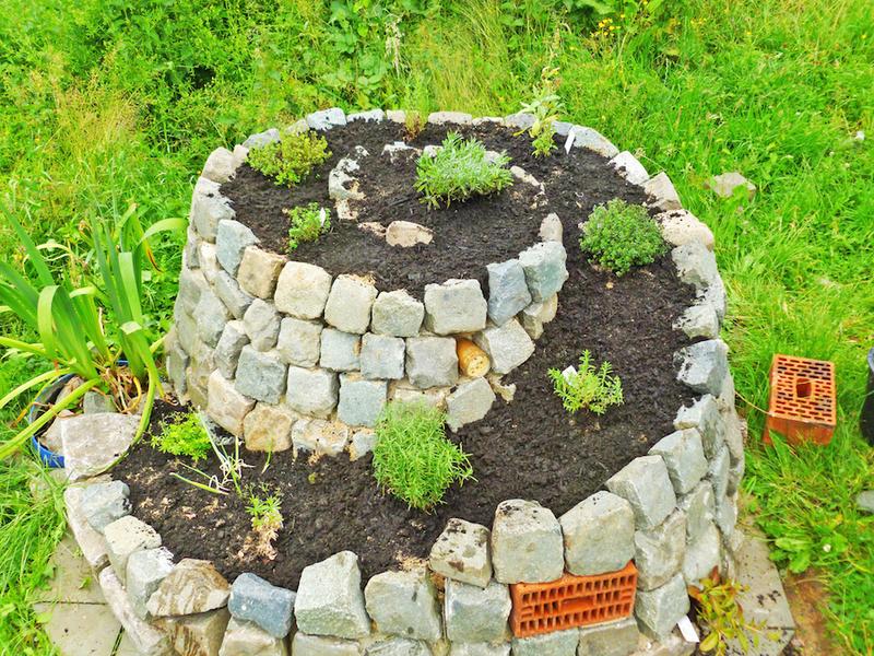 Best realizzare una bella aiuola a spirale in giardino u for Bordure per laghetti