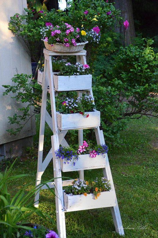 Una vecchia scala per decorare in giardino! 20 idee a cui ispirarsi...