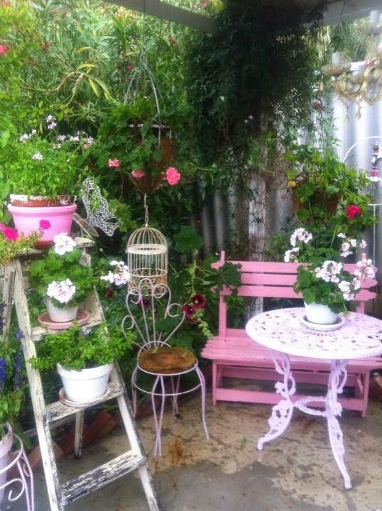 una vecchia scala per decorare in giardino
