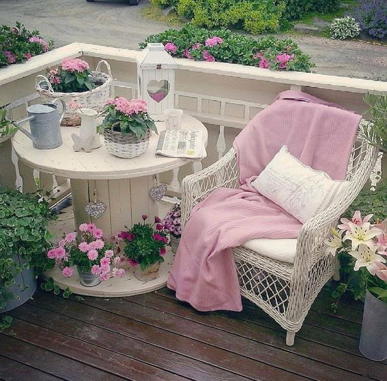 shabby chic style garden decorating idea 5