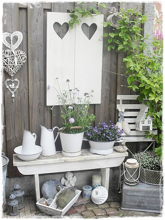 decorare il giardino in stile shabby chic 20 idee per. Black Bedroom Furniture Sets. Home Design Ideas