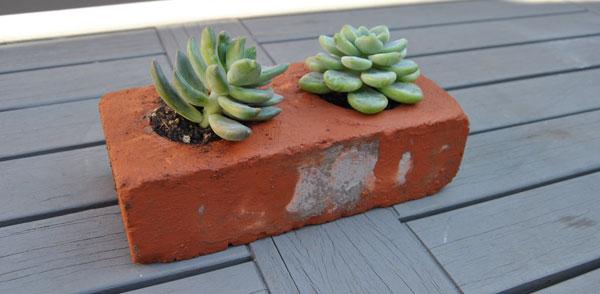 Decorare con dei mattoni in giardino