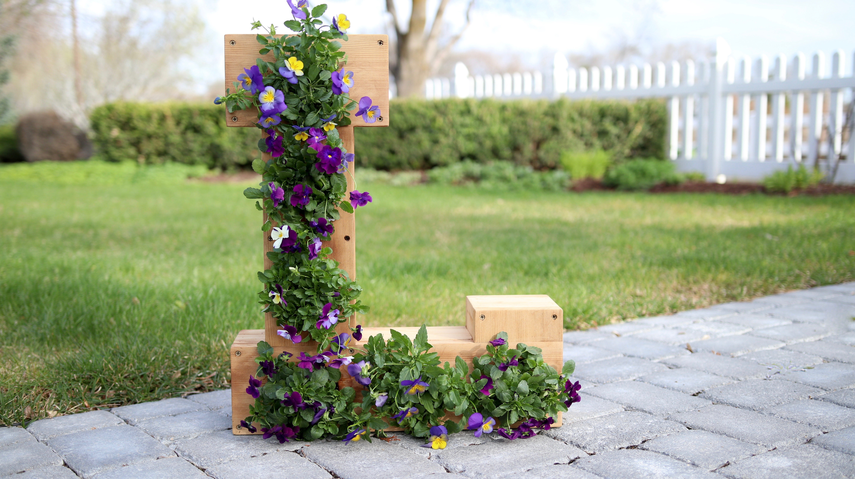 une lettre en bois décorée avec des fleurs