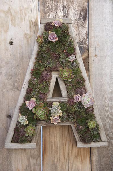 une lettre en bois d cor e avec des fleurs magnifique 14 exemples. Black Bedroom Furniture Sets. Home Design Ideas