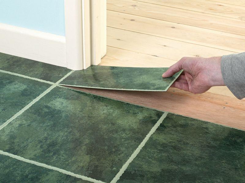 Rinnovare il pavimento con le piastrelle adesive