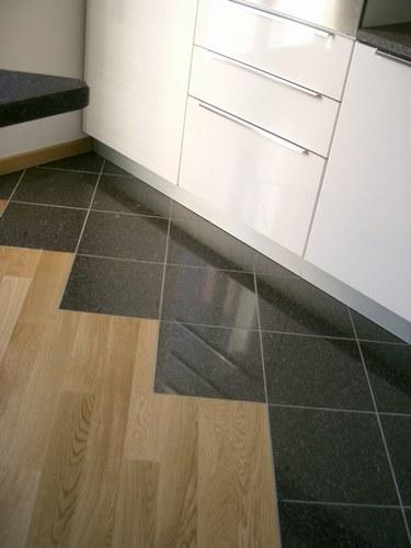 Rinnovare il pavimento con le piastrelle adesive vantaggi - Piastrelle adesive cucina ...