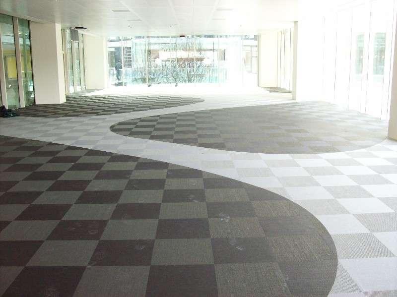 Rinnovare il pavimento con le piastrelle adesive vantaggi for Piastrelle in pvc adesive