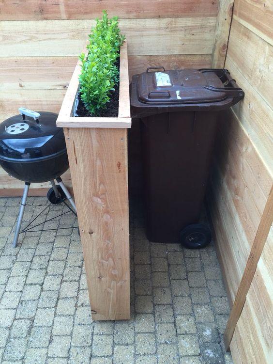Sistemare i bidoni della spazzatura in giardino