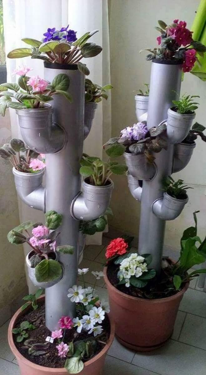 Una torre di fiori originale in giardino
