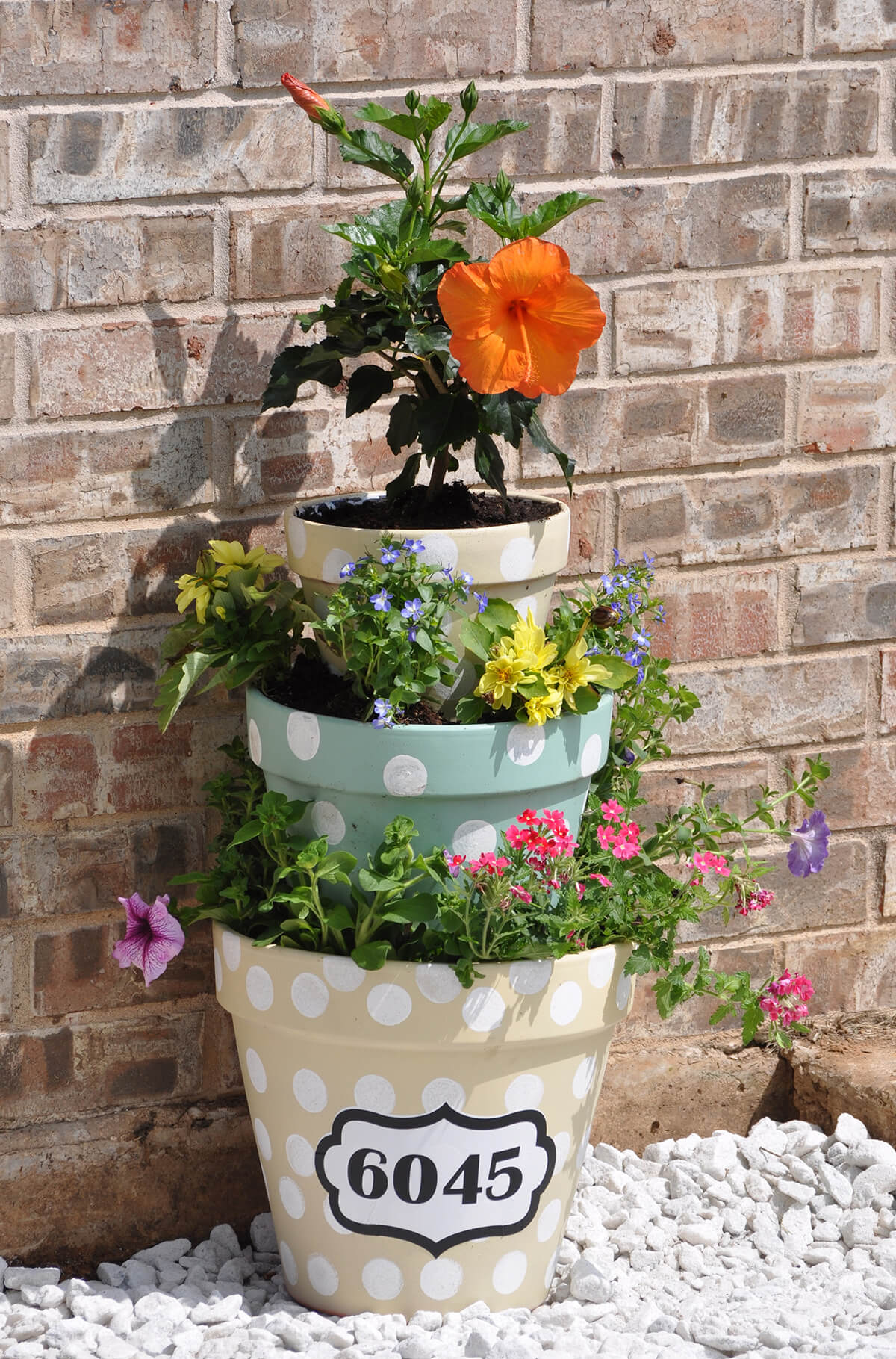 Flowers In The Wall Garden - Create a pyramid of flowers to decorate the garden idea 1