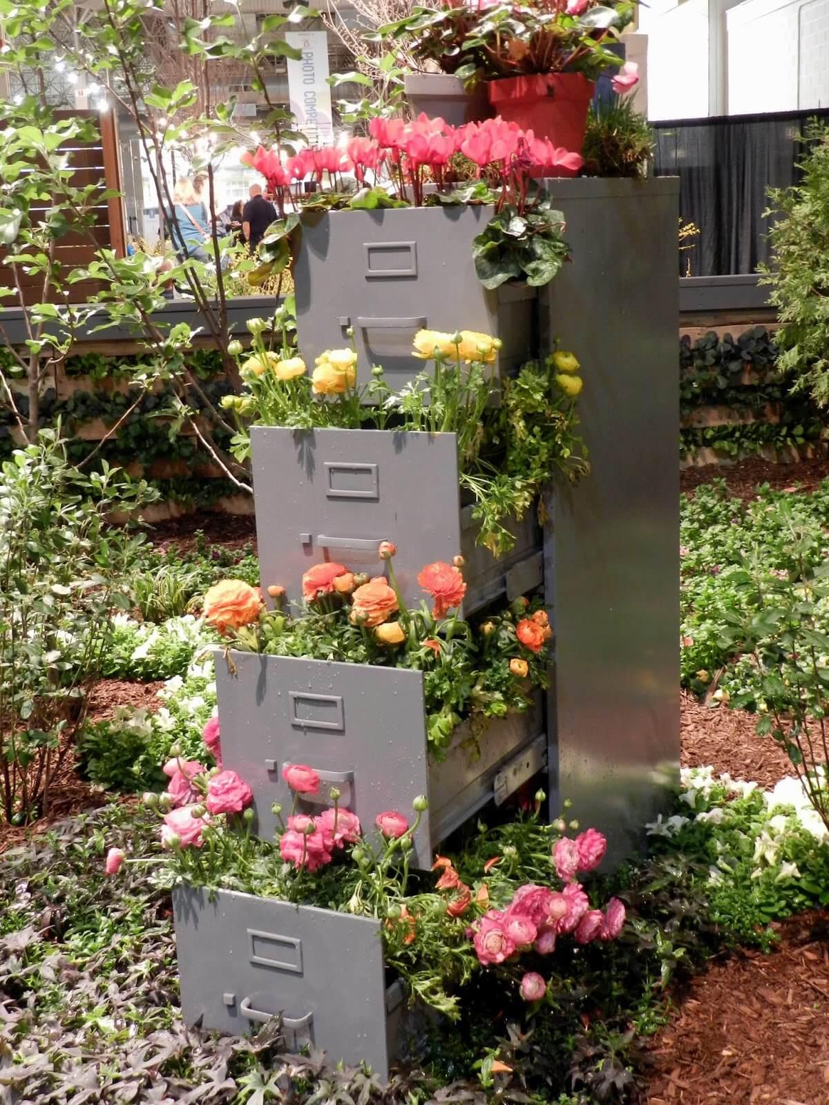 Una torre di fiori in giardino 20 idee creative a cui for Fiori particolari da giardino
