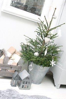 Decorare con un piccolo albero di Natale