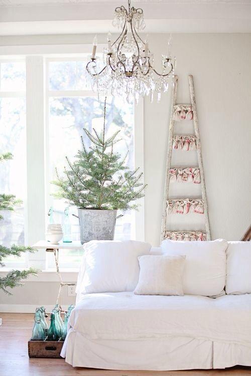 Decorare con un piccolo albero di natale 15 idee per ispirarvi - Decorare finestre per natale ...