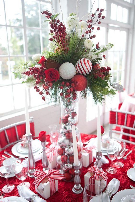 Addobbi natalizi fai da te con palline rosse e argento per la tavola.