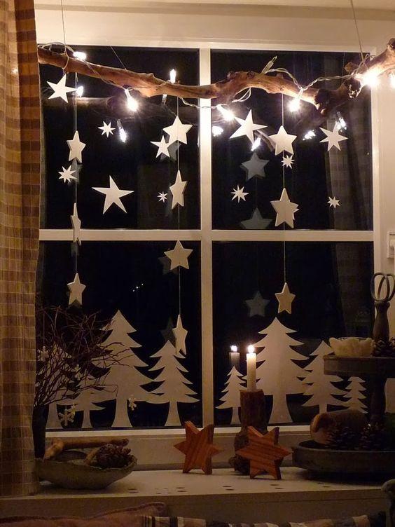 Decorazioni natalizie fai da te a forma di stelle per le finestre.