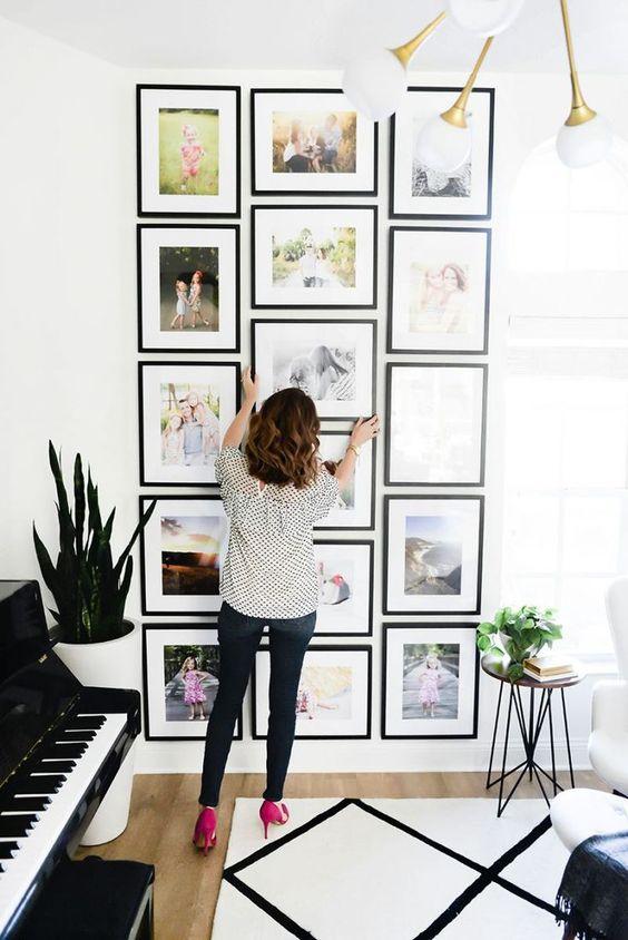 Una parete di quadri per decorare casa in modo creativo for Idee per decorare una parete