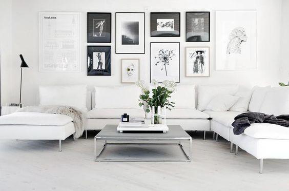 Chic Grey Living Room With Clean Lines: Una Parete Di Quadri Per Decorare Casa In Modo Creativo