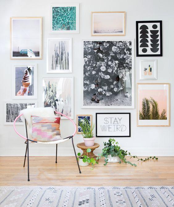 Una parete di quadri per decorare casa in modo creativo - Decorare una parete di casa ...