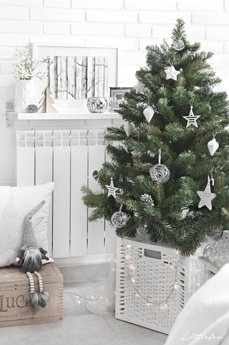 giardino con decorazione come decorare albero di natale in giardino con riciclo